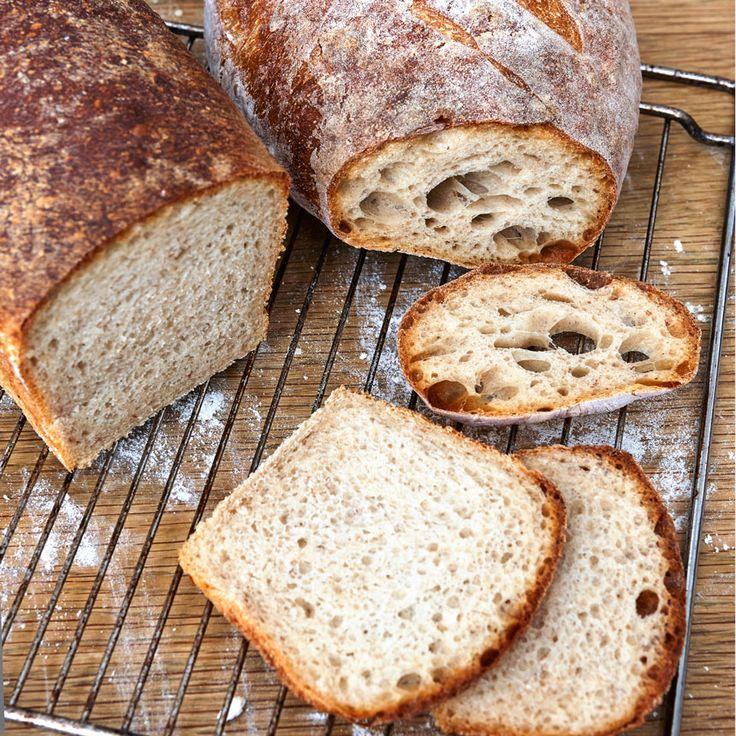 Saftigt bröd med mycket smak gjord på surdeg och fördeg.