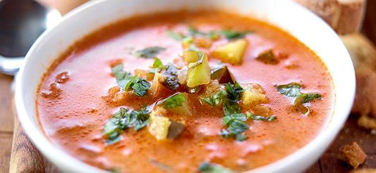 Soep van tomaten en courgettes met ricotta