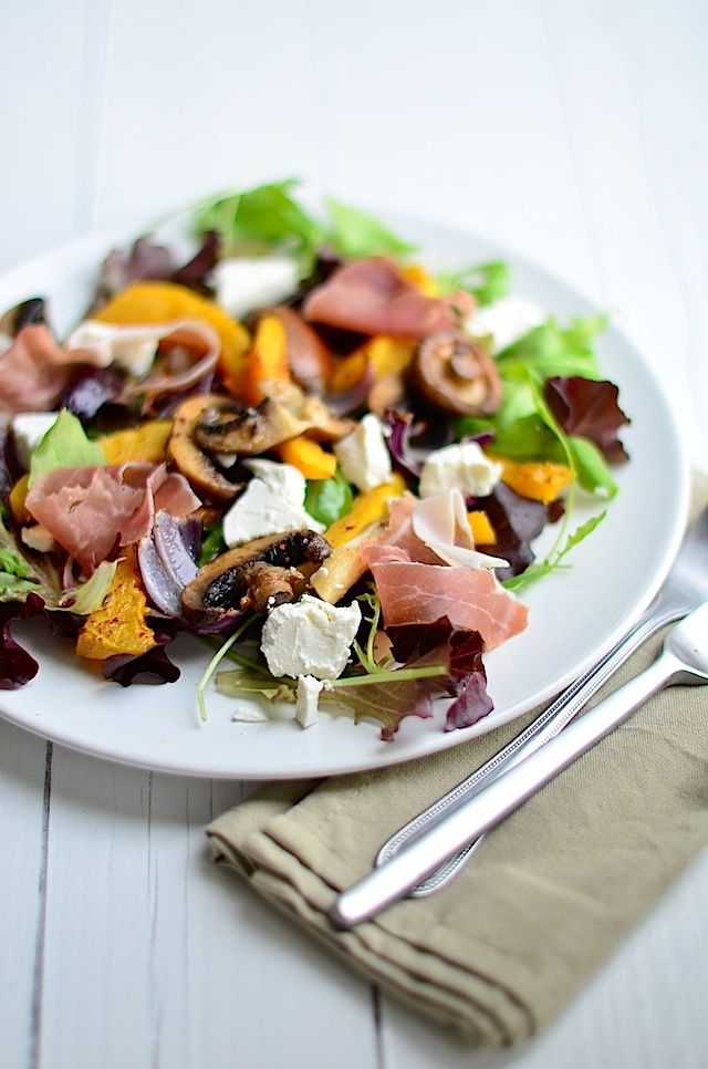 Salade geroosterde pompoen, champignons, parmaham, geitenkaas, rucola