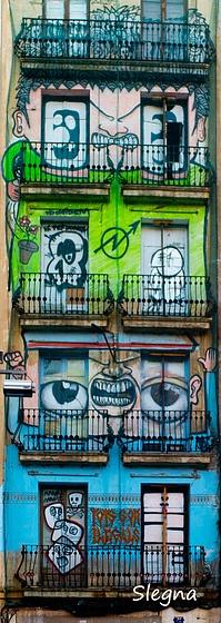 Arte urbano que da mucha personalidad a una antigua fachada que da a la plaza de la Villa de Madrid en Barcelona.