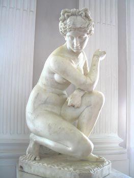 статуя сидящей женщины - Поиск в Google