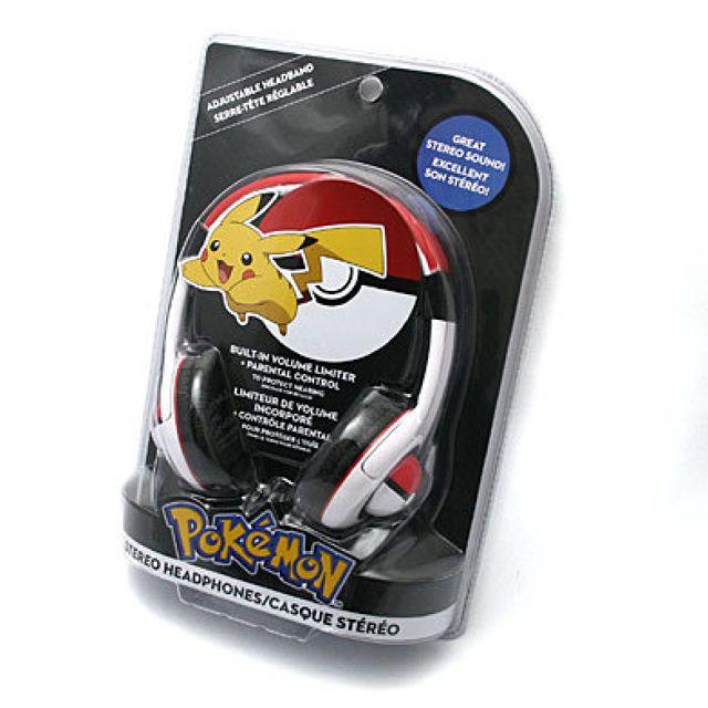 ポケモン モンスターボール ヘッドフォン  海外で発売されたポケモンのヘッドフォンです。 モンスターボールカラーのおしゃれなヘッドフォン。 耳の部分にはモンスターボールがあしらわれていますよ。  ・インポート商品の為、パッケージには輸送時に付いた傷やヘコミが多少有る場合がございます プラグ形状:φ3.5mm ステレオミニプラグ