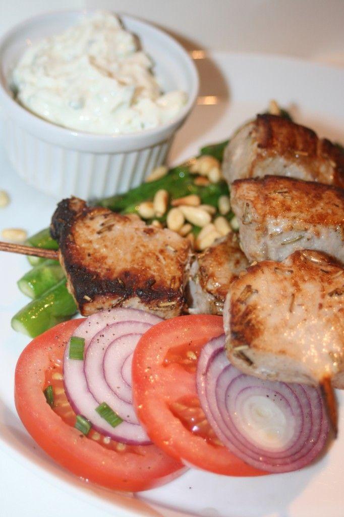 Souvlaki med tzatziki och smörstekt sparris