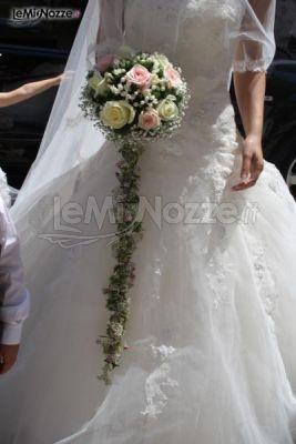 http://www.lemienozze.it/gallerie/foto-bouquet-sposa/img27806.html Bouquet sposa a cascata di rose bianche e rosa