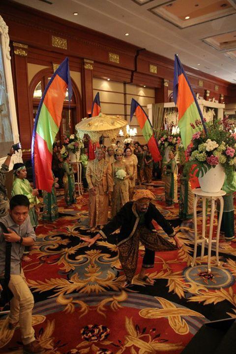 Payung juga digunakan pada prosesi perarakan pasangan pengantin, dalam pernikahan adat Sunda Jawa Barat.