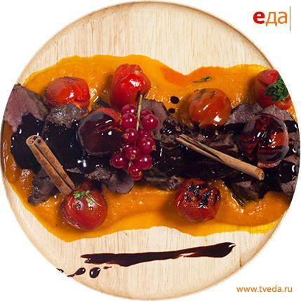 Оленина с розмарином под шоколадным соусом