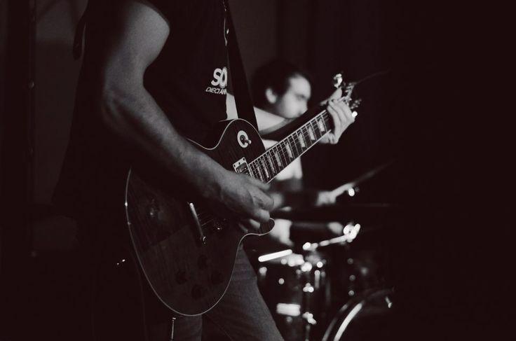 11/02 Fabio Sozzi - Born by Chance live all'Arci Blob di Arcore, Monza Brianza. Fotografie di Chiara Arrigoni.  #bornbychance #arciblob #arcore #milano #concerto #music #livemusic #blackandwhite #gibson #guitar #chitarra #biancoenero