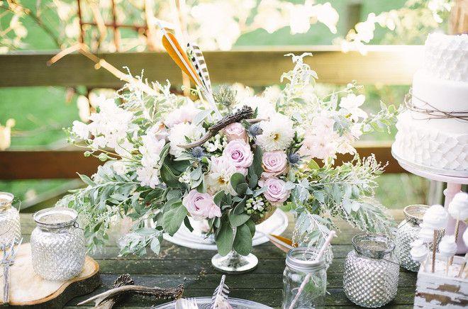rustikale Hochzetisdeko mit Geweihen und Pfeilen, Hochzeitstorte in weiß mit Ästen und Blüten von Dehly & deSander (www.noni-mode.de - Foto: Le Hai Linh)