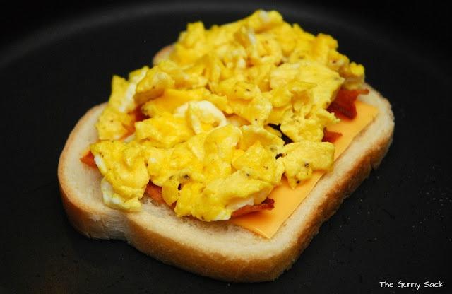 Сэндвич на завтрак: сыр, омлет, бекон