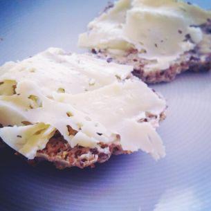 Recept på tre nyttiga bröd. (Recept nr 1 70 g kvarg = 4,5 msk, 30 g havregryn/linfrön = 5 msk)