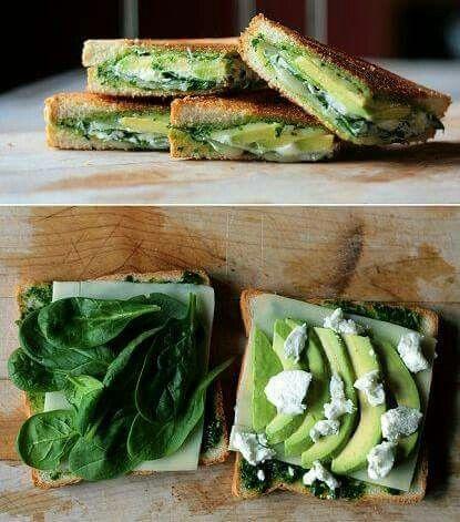 Un buen snack con pan tostado,  aguacate, queso y espinaca
