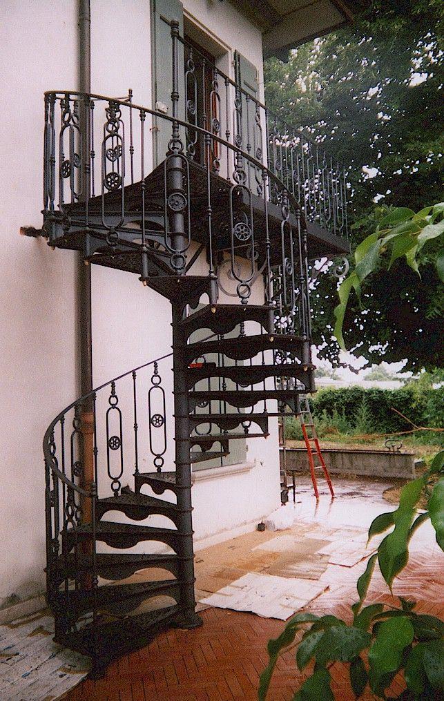 Ringhiere e balaustre in ghisa e ferro battuto per scale e soppalchi, costruzione e distribuzione.