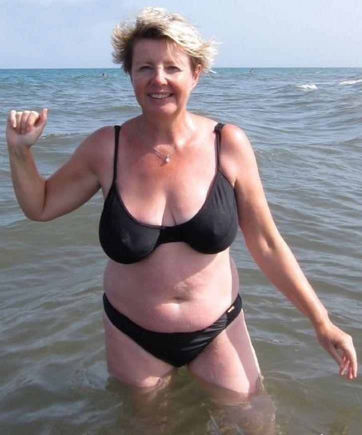 как пожилые женщины снимают купальник