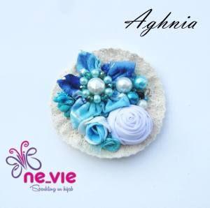 Aghnia.. Beralaskan renda rajut yang sederhana.. Dengan detail monte yang dijahit dan permata yang menyala Tersedia 3 warna yang indah Dengan mawar kuncup bulat indah Bunga bintang lima yang sangat unik.. IDR. 28.000 - See more at: http://hijabcomplements.com/aghnia-bros/#sthash.1RhJXfa8.dpuf
