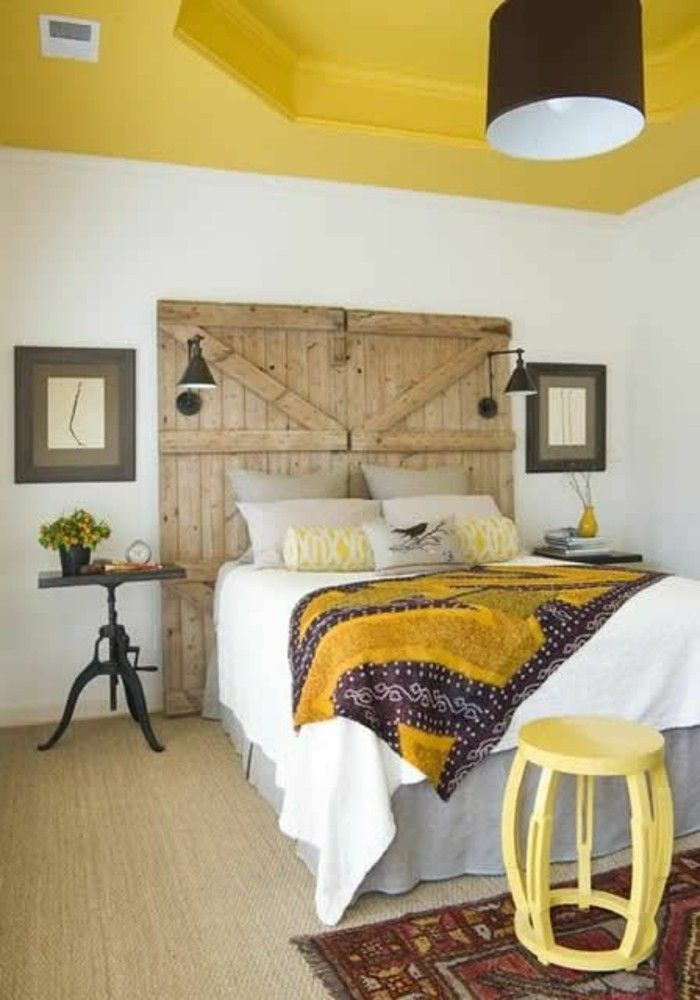 jolie chambre champêtre, tête de lit original en bois, plafond peint en jaune moutarde