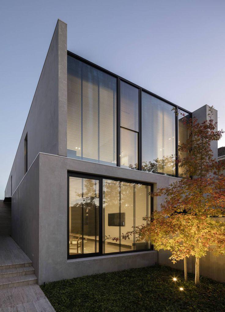 Fachada cinza, com portão preto, pele de vidro, arquitetura contemporânea. Casa Minimalista em Melbourne por Davidov Partners Architects