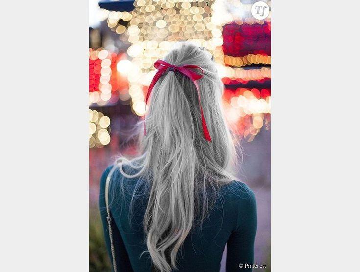 Les cheveux gris portés en demi-queue pour un effet léger.