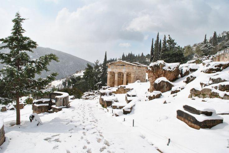 Χιονισμένοι Δελφοί. (φωτογραφία Ν. Πετρόχειλου)