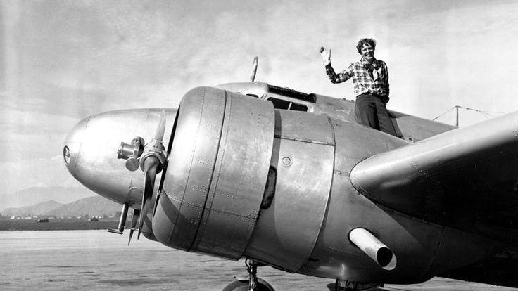 Amelia+Earhart+és+navigátora+hivatalosan+repülőgép-szerencsétlenségben+tűntek+el+1937.+július+2-án.+Ám+egy+dokumentumfilm+készítőinek+bizonyítékuk+van+arra,+hogy+mindketten+életben+voltak+napokkal+később+–+írja+a+Le+Figaro.  Earhart+a+repülés+úttörője+volt.+Több+rekord+fűződik+az+ő+nevéhez.+Ő+volt…