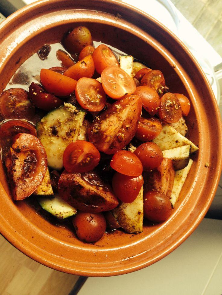 Marokaanse tajine, met kip ingesmeerd met Indiaanse Garam Massala, courgette, aubergine met Ras el Hanout kruiden, ingelegde citroenen, rozijnen dadels. And last but not least cherrytomaatjes met oranjebloesemwater en kaneel.