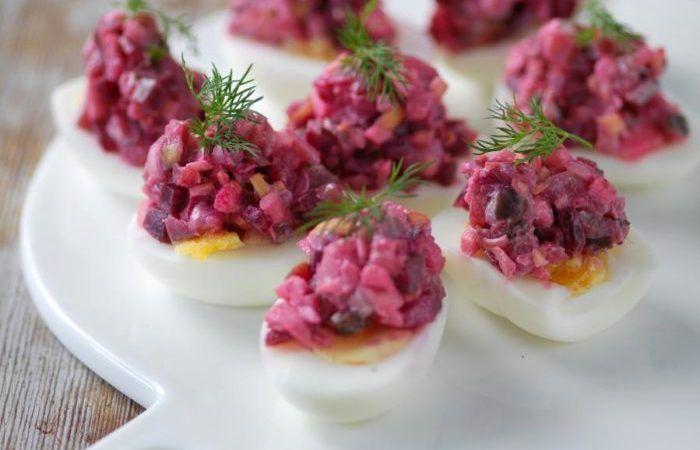 Ägghalvor toppade med sill är trevligt som entrérätt eller på en buffé på julen. Tänk bara på att inte lägga sillsalladen på ägghalvorna förrän strax före servering.