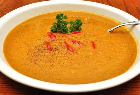 Póréhagyma krémleves répával, paprikával - Hozzávalók (2-3 nagyon éhes személyre, vagy 4-6 átlagosra):      1 fej vöröshagyma     1-2 szál póréhagyma     2 gerezd fokhagyma     2 nem túl nagy sárgarépa     1-2 zöld paprika (a képen láthatóban 1 zöld -1 piros van, ezért ilyen répaleves színű)     1 krumpli     1 kisebb paradicsom     kevés petrezselyem     1 evőkanál bio, vagy házi vaj     himaláya só     bors