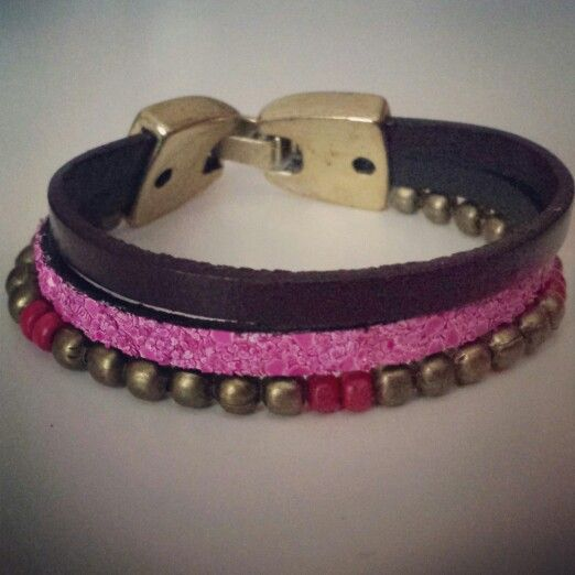 Pulsera de cuero plano, cuero caviar y abalorios. Caviar leather and beaded triple bracelet  - by Arriba Muñecas..
