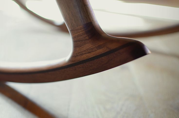 Berce de chaise berçante en noyer avec insertion en wengé. #chaisebercante #noyernoir #chaisenoyer #chaise design