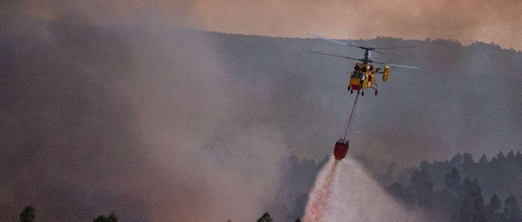 Oito meios aéreos e 200 bombeiros combatem incêndio em Oleiros - Mais de 200 bombeiros, 54 viaturas e oito meios aéreos combatiam às 14:50 de hoje um incêndio florestal em Oleiros, no distrito de Castelo Branco, anuncia a página na internet da Proteção Civil.