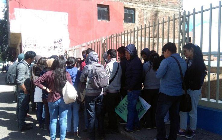 #Estudiantes de Medicina tomaron edificio de la UNA Puno - Pachamama radio 850 AM: Pachamama radio 850 AM Estudiantes de Medicina tomaron…