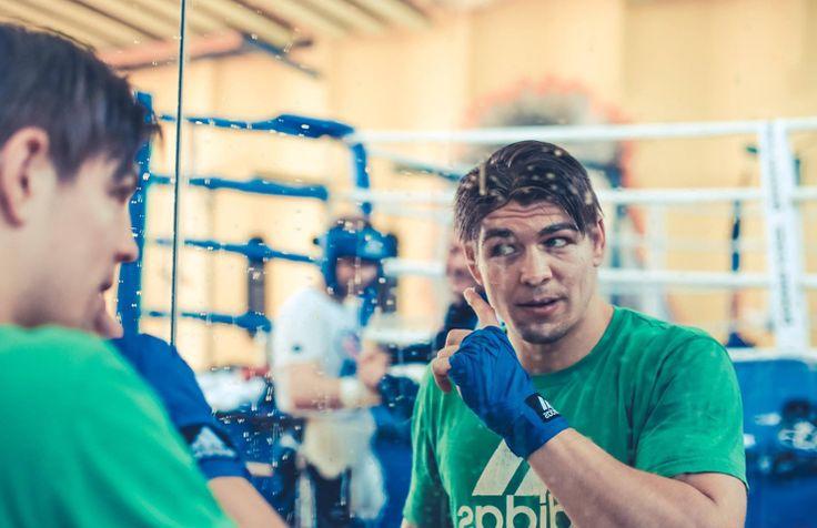Er kann auch freundlich sein! Box-Rüpel Dereck Chisora, der am Samstag gegen Kubrat Pulev um die Europameisterschaft im Schwergewicht boxen wird (ab