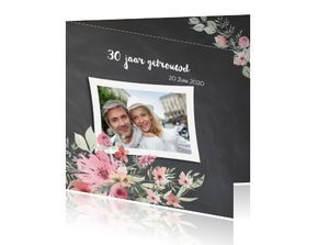 Krijtbord 30 jarig jubileum uitnodiging met foto en bloemen