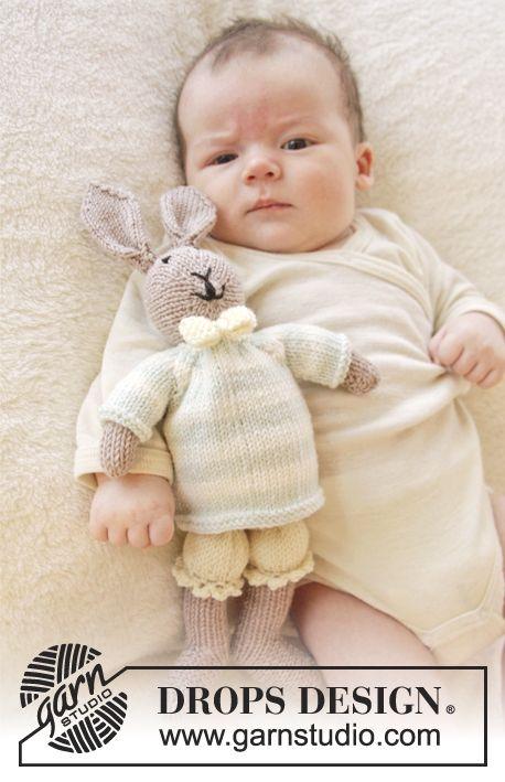 """Gebreid DROPS konijn met broek, trui en vlinderdasje van """"Baby Merino"""". ~ DROPS Design"""