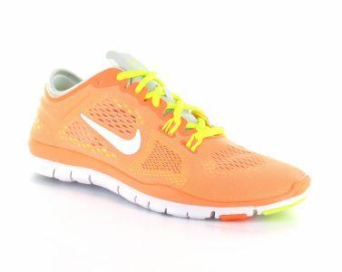 De Nike Free 5.0 trainingsschoen voor dames is erg flexibel en heeft een goede dempende buitenzool. De schoenen zijn licht van gewicht en bestaan voor een groot deel uit mesh, dit zorgt voor extra ventilatie rondom de voet tijdens de trainingen. Op de zijkant van de trainingsschoenen zijn de wel bekende swoosh logo's zichtbaar. #Nike #trainingsschoen #fitnessschoen