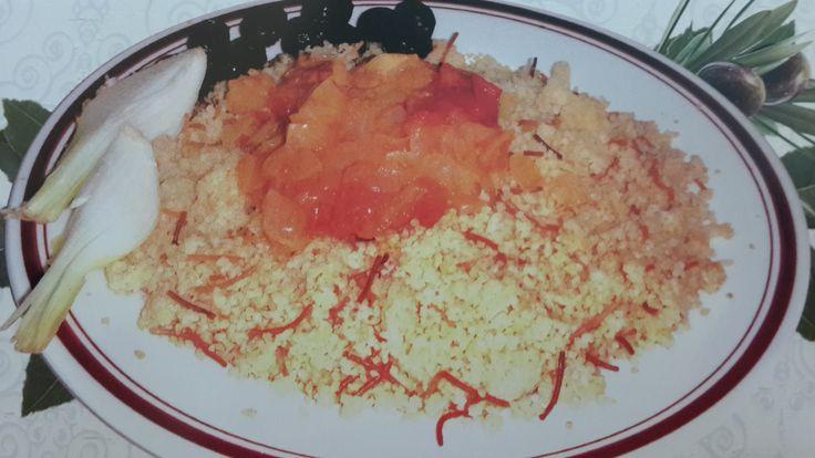 Kıbrıs Usulu Bulgur Pilavı Tarifi 3 Çorba kaşığı zeytin Yağı 1 Adet orta boy soğan, ince doğranmış. ½ Bardak şehriye 2 Adet orta boy domates, soyulmuş ve ince doğranmış 3 Bardak su, kaynamış