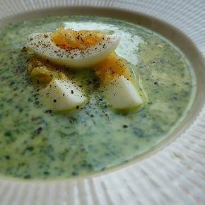 God och mättande spenatsoppa med ägghalvor. Läs mer på recept.com