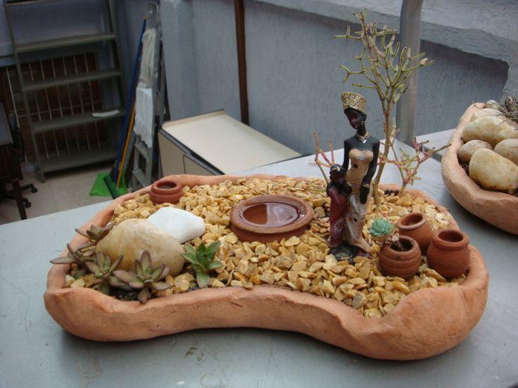 Mini jarim com suculentas, pedras varios tamanhos, mini potes, africana e forração de granitina.