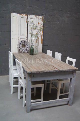 Eettafel 20080 - Karaktervolle brocante eettafel. Het blad van de tafel bestaat uit oude houten latjes, dit geeft de tafel een verweerde uitstraling. Het onderstel van de tafel heeft een zacht-grijze kleur.