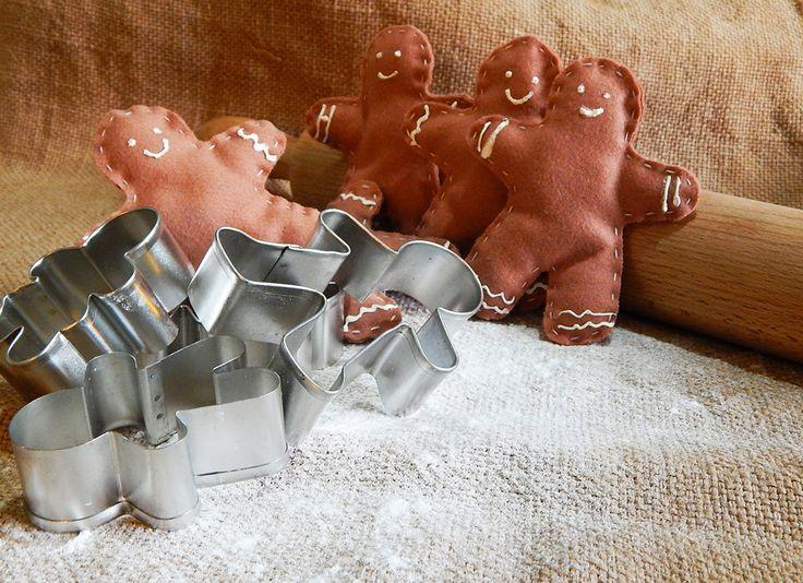 """Gingerbread realizzato in panno con decori """"glassa"""", color biscotto, tagliato, cucito e decorato a mano con cordino da legare ai pacchetti regalo, sarà poi utilizzabile come addobbo per l'albero."""