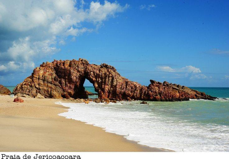 A Pedra Furada é o maior simbolo da Praia de Jericoacoara no Ceará. A praia fica a 4 km da vila de Jericoacoara e a 300 km de Fortaleza. Além de fazer parte de nossa listinha de praias no Brasil também está em listas internacionais de praias mais bonitas do mundo.