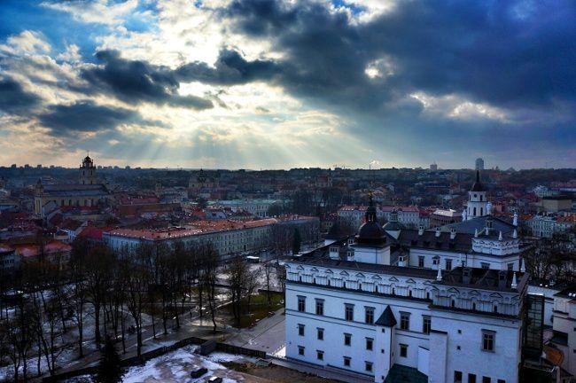 Vue du centre ville de Vilnius au couché du soleil