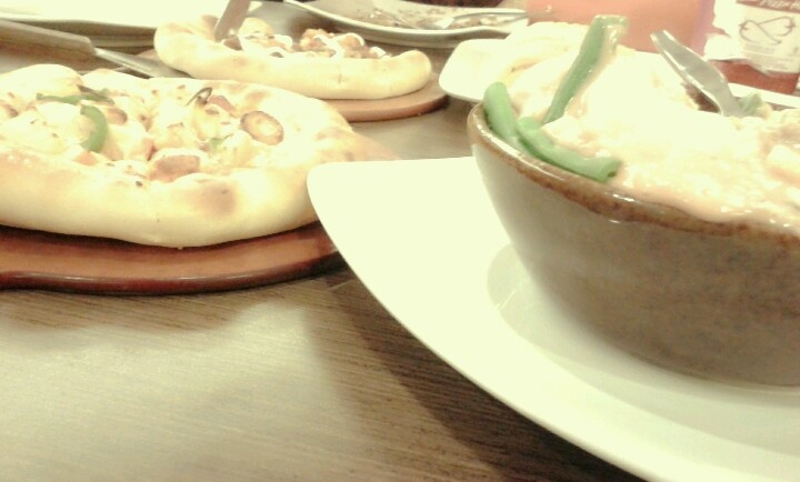 Pizza with salad yummy♡♡