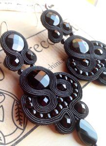Orecchini in soutache nero con dischi in onice nero ovale in onice nero, mezzi cristalli 6 mm nero, toho 6/0 nero.