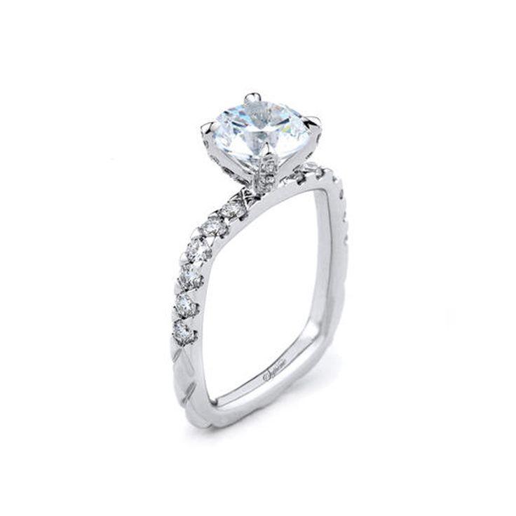 Indistintamente de la piedra que quieras para tu anillo de compromiso, el estilo de un anillo cuadrado es un toque extremadamente elegante y moderno. Es mucho más cómodo que un anillo redondo, ya que no pellizca la piel en los dedos.  #AnillosCompromisoCali #AnillosDeCompromiso #AnillosDeCompromisoColombia