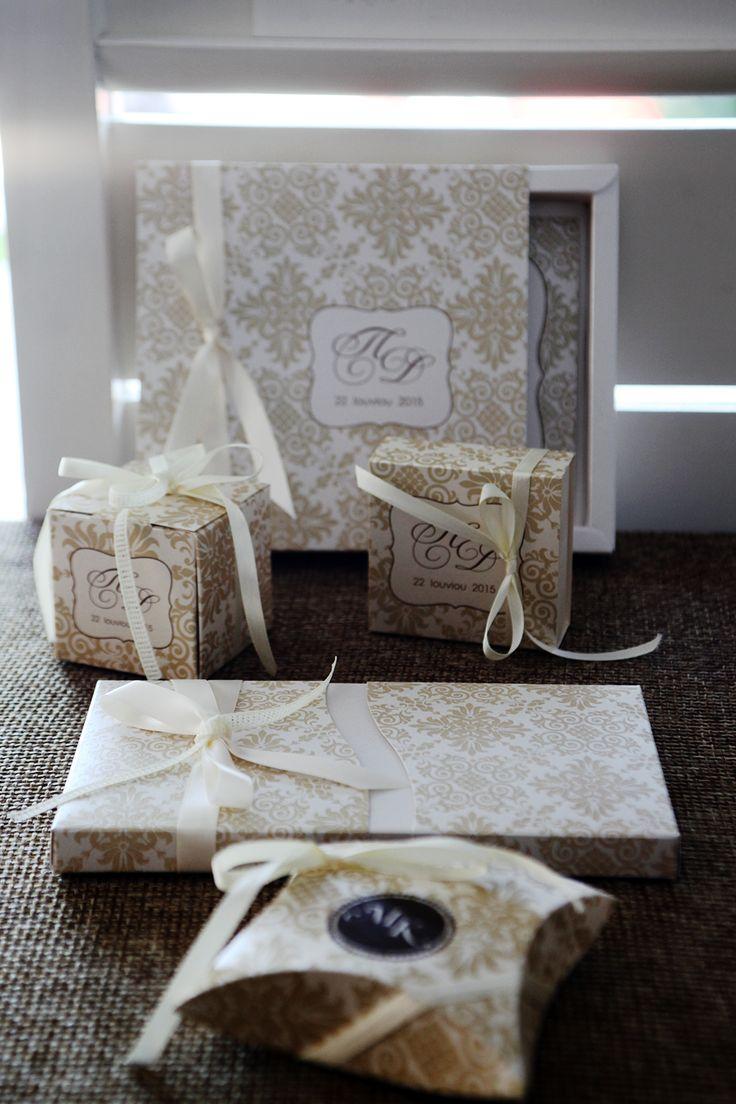 Σετ μπομπονιέρες και προσκλητήρια Atelier Zolotas κουτάκια με παλαιωμένο χαρτί, vintage εκτύπωση και κορδέλα.