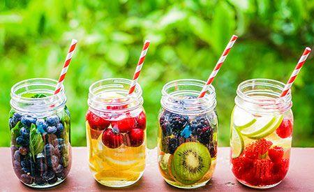 (Zentrum der Gesundheit) - Vitamin-Wasser ist schnell gemacht. Denn nicht immer schmeckt Wasser pur. Doch muss das Vitamin-Wasser selbst gemacht sein, da käufliche Vitaminwasser viel zu viele künstliche Zusätze enthalten. Selbst gemachtes Vitamin-Wasser liefert nur Gesundes: Wasser und dazu eine Extraportion Vitamine, Antioxidantien sowie sekundäre Pflanzenstoffe. Vitamin-Wasser gibt es zudem in tausenderlei Variationen. Welches wird IHR Lieblings-Vitamin-Wasser?