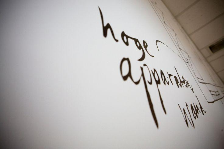 Spreekruimte; oplevering 2012 | Ontwerp voor een spreekruimte voorzien van een handgeschreven visual, inclusief plattegrond van een woonhuis. Sfeervol, inspirerend, woonkamer-gevoel. Typografie, handwerk, tekening, handschrift, zwart | Design for a meeting room decorated with a handmade visual. Lettering, handwriting, drawing, livingroom, inspiration, cosy