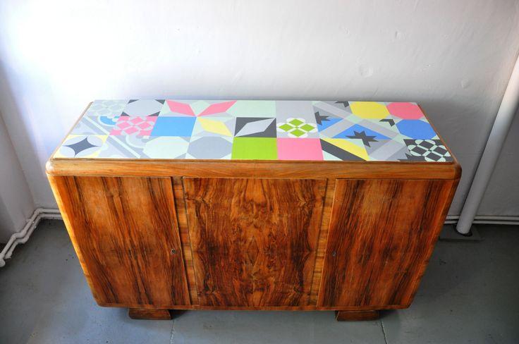 stara komoda z ręcznie malowanym blatem i woskowanym frontem http://dwiebaby.pl/zrealizowane-projekty/