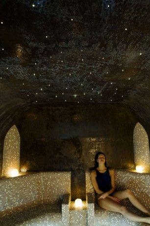 C: hier is het plafond juist donker, ook een idee. Elegante sfeerverlichting, precies subtiel genoeg om niet kitscherig te zijn.