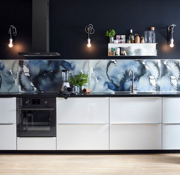 Crédence de cuisine ornée de taches bleues. Une crédence unique pour une cuisine vraiment originale.Le bleu se détache sur fond de cuisine avec des meubles blancs.